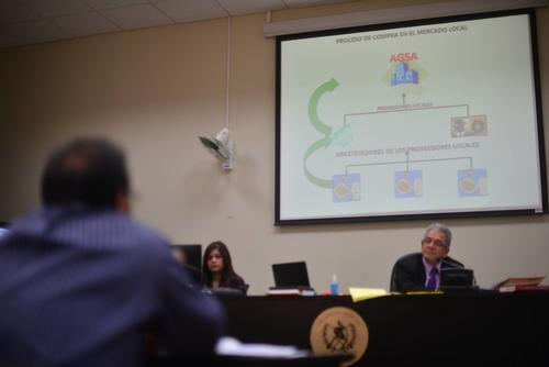 Geovanny Marroquín se apoyo en una presentación de Power Point durante su declaración ante el juez Miguel Ángel Gálvez. (Foto: Wilder López/Soy502)