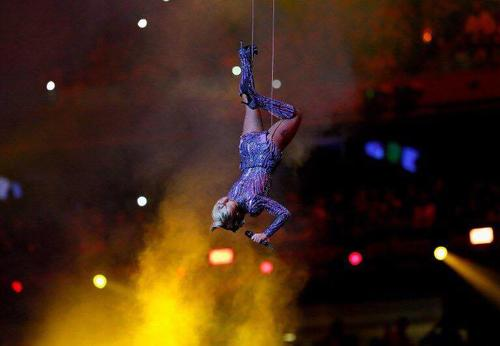 Lady Gaga voló ante el público. (Foto: AFP)