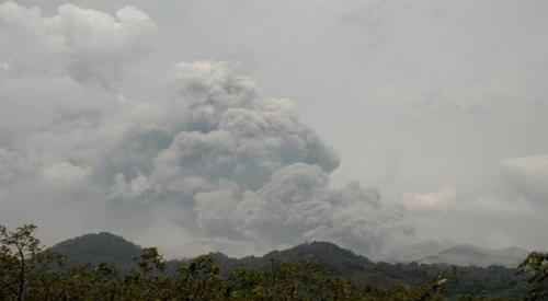 Vista panorámica del volcán Kelud al momento de la explosión. Foto: Okezona.com