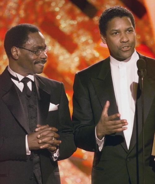 """Rubin Carter acompañó a Denzel Washington al momento en que el segundo ganó un Golden Globe por su interpretación en la película """"Huracán"""" (Foto: Archivo)"""