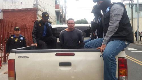 Así fue trasladado el detenido hacia el Aeropuerto. (Foto: PNC)