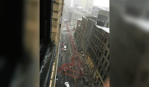 La caída de una grúa de construcción dejo decenas de vehículos destruidos y edificios con daños. (Foto: CNN)