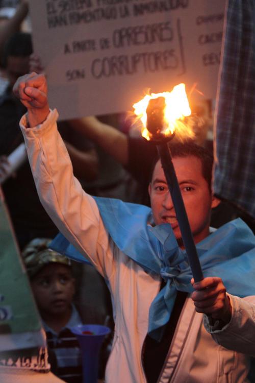 Los manifestantes continúan frente al Palacio Nacional de la Cultura. (Foto: Esteban Biba/EFE)