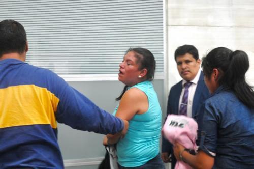 Los guardias del Sistema Penitenciario salen llorando de la sala de audiencia. (Foto: Jesús Alfonso/Soy502)