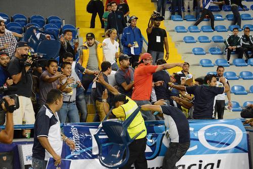 """Este es el grupo de seguidores en el Domo, identificado con la porra de Municipal """"U5C"""" que se peleó con los jugadores de Paraguay. (Foto: Nuestro Diario)"""
