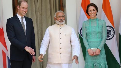 La mano del príncipe Guillermo quedó marcada por la presión que ejerció el Primer Ministro de India tras una visita oficial.