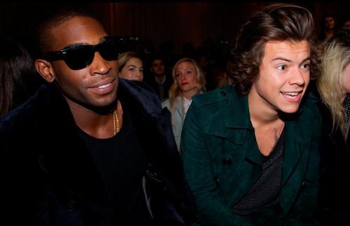 Harry Styles, integrante de One Direction y el rapero británico Tinie Tempah también asistieron al desfile. (Foto: AFP)