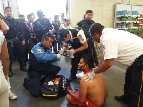 Este hombre fue el más afectado al quedar con heridas en el rostro y otras partes de su cuerpo. (Foto: PMT Villa Nueva)