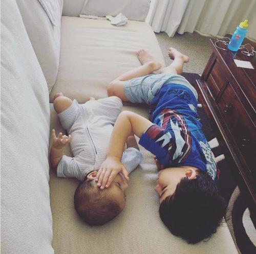 El hermano mayor consolaba y daba fuerzas al pequeño, quien padece un cáncer terminal. (Foto: Instagram)