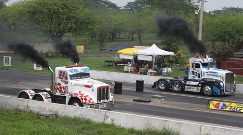 En el kilómetro 75 de la carretera a Puerto Quetzal, se corrió la cuarta fecha del Campeonato Nacional de Trailers. (Foto: César Pérez)