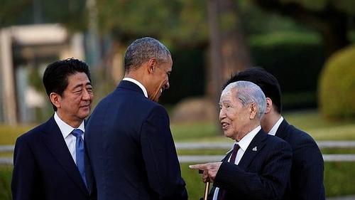Obama y Shinzo Abe conversan en Hiroshima con un superviviente de la bomba atómica. (Foto: ABC.es)