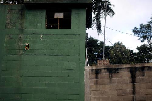 Las paredes del centro tienen alambre espigado. (Foto: Luis Soto/Contrapoder)