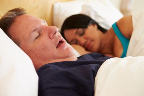 """La """"apnea obstructiva del sueño"""" es un trastorno común, consiste en que una persona tiene mayor dificultad en la respiración mientras duerme. (Foto: www.lavidalucida.com)"""