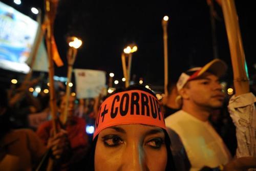 En Honduras se realizó la noche del viernes una marcha donde los ciudadanos llevaron antorchas en señal de repudio a la corrupción. (Foto: AFP)