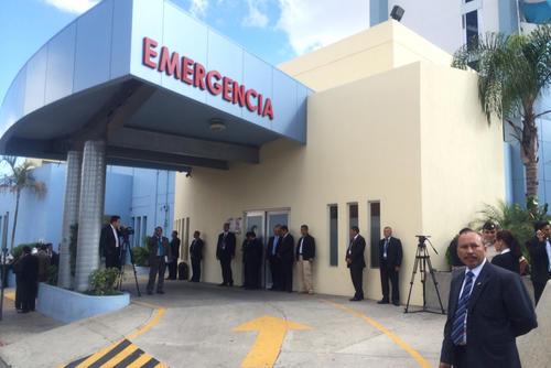 El hospital privado donde fue recluida la vicepresidenta Roxana Baldetti estaba fuertemente custodiado por agentes de seguridad. Foto Luis Barrios/Soy502