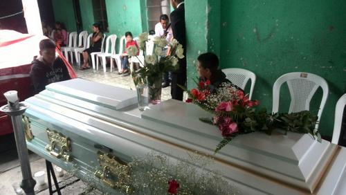 Durante la mañana del domingo, los cercanos a la familia se fueron acercando a la casa de Ángel. (Foto: Soy502)