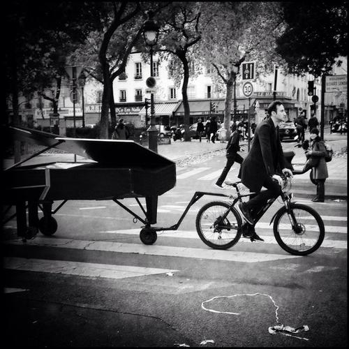 Con una bicicleta, el artista llevó el piano frente al escenario de la tragedia y conmovió a París entero. (Foto: Twitter)