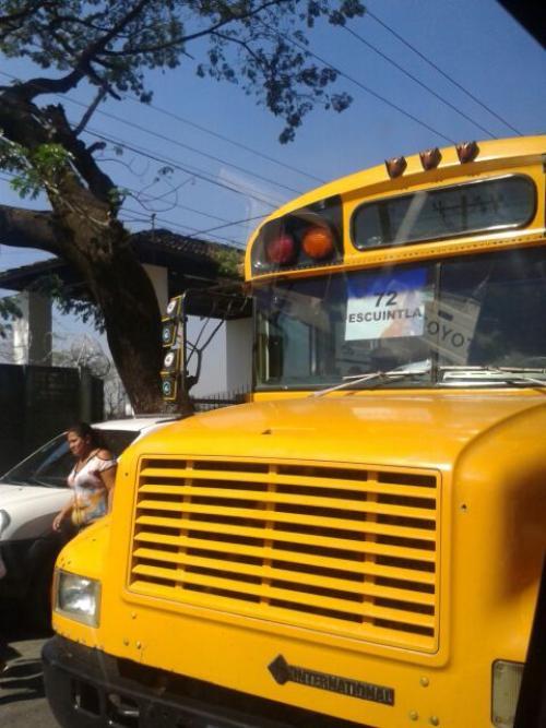 Cientos de personas fueron llevados en buses a la actividad del Gobierno en Escuintla. (Foto: Alexis Batres/ Soy502)