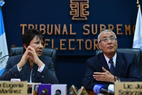 Los magistrados Julio Solórzano y María Eugenia Mijangos brindaron una conferencia de prensa donde explicaron que aún se podrían dar sanciones a partidos políticos si no cumplen con la Ley Electoral. (Foto: Wilder López/Soy502)