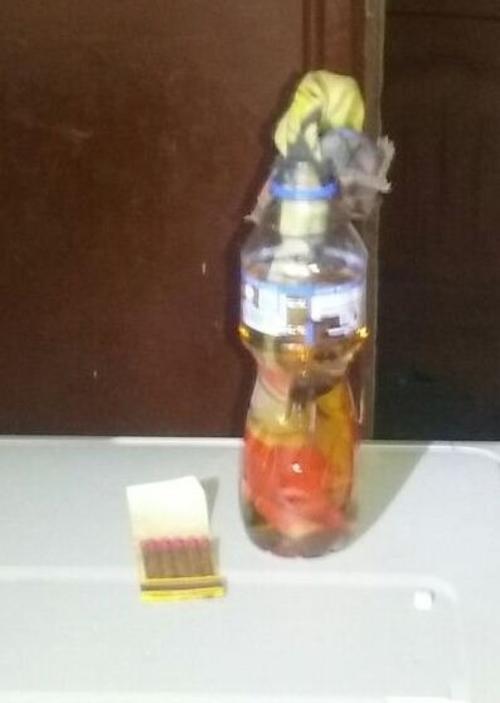Expertos de la División de Investigación y Desactivación de Armas y Explosivos (DIDAE) de la Policía Nacional Civil, informaron que el aparato estaba hecho a partir de una botella de plástico y gasolina. (Foto: PNC)