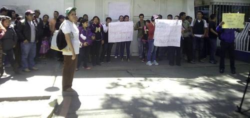 Carlos Samayoa, líder de la manifestación, afirma que un total de 314 empleados de 13 áreas de salud se encuentran sin recibir salarios desde enero. (Fotos: Soy502)