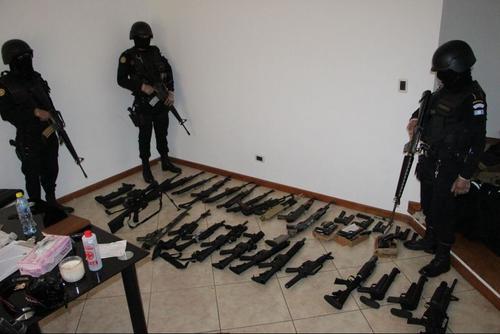 """Vista de una parte del arsenal localizado en un inmueble vinculado al supuesto narco conocido como """"El Fantasma"""". (Foto: Archivo)"""