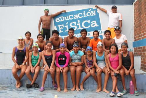 Un grupo de niños que participan en la escuela de natación de la Digef en la zona 11 capitalina, posan junto a Rubén Granados y su entrenador Danilo Aldana. (Foto: Luis Barrios/Soy502)