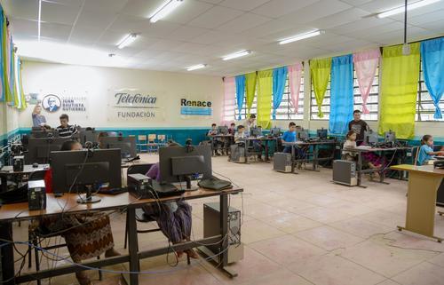 El aula tecnológica de Chiacam, Alta Verapaz, cuenta con 20 computadoras para el uso de las comunidades vecinas. (Foto: George Rojas/Soy502)