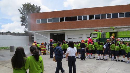 Los pequeños aprenderán, entre otras cosas, cómo utilizar una manguera de bombero para apagar un incendio.
