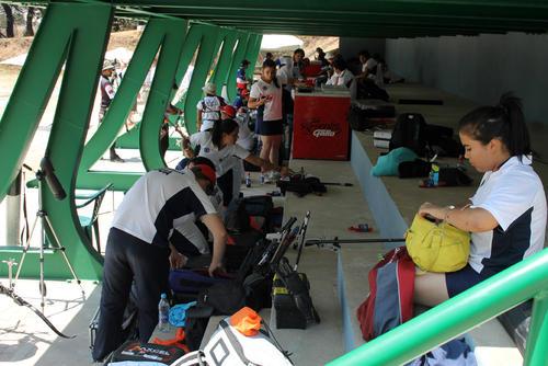 Los deportistas afinan los arcos y las flechas antes del entrenamiento del ranking de Tiro con Arco , Guatemala 2014. (Fredy Godoy/CDAG)