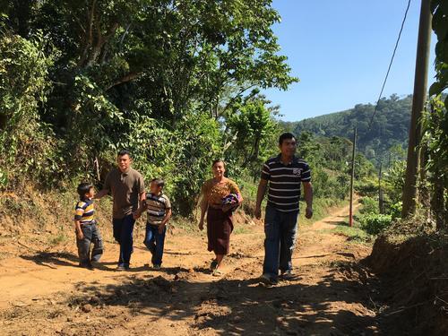 La comunidad maya El Tabacal está ubicada a unos 15 kilómetros de Escuintla. Allí, el campeón panamericano y su familia, comparten con los pobladores las bendiciones que reciben. (Foto: Luis Barrios/Soy502)