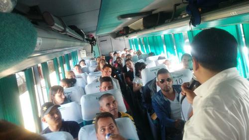 Autoridades dan indicaciones a los cubanos antes de bajar a suelo mexicano. (Foto: Minex)