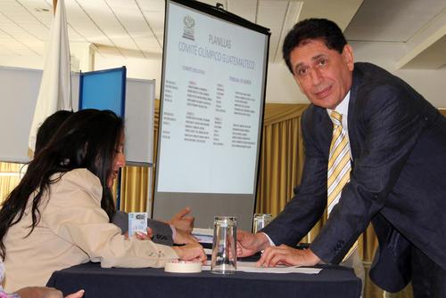 Brayan Jiménez, presidente de la Fedefutbol emite su voto. (Luis Barrios/Soy502)