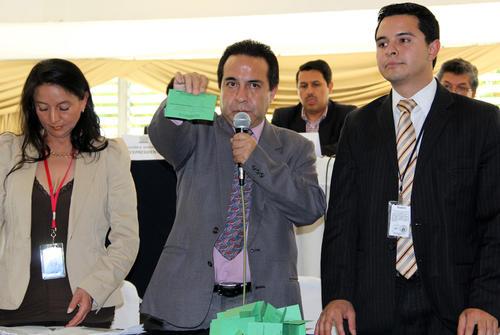 Miembros del Tribunal del Deporte Federado muestran las paleteas a la hora del conteo de voto, en el elección de autoridades del COG. (Luis Barrios/Soy502)