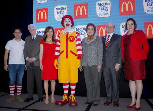 Representantes de Techo, fundación Aldo Castañeda y McDonald´s, junto a Ronald McDonald en conferencia de prensa.  (Foto: George Rojas/Soy502)