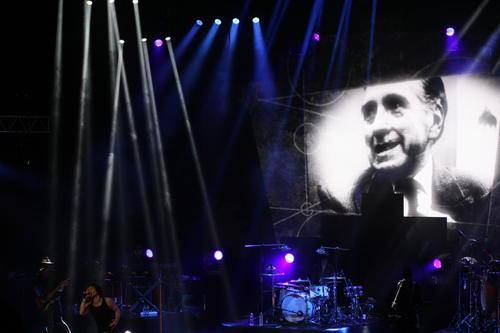 Durante el concierto del cantautor español Enrique Bunbury, se rindió homenaje a varios escritores nacionales; entre ellos el dramaturgo Carlos Solórzano; y el concierto se realizó en la Gran Sala Efraín Recinos del Teatro Nacional Miguel Ángel Asturias. (Foto: Alexis Batres/Soy502)