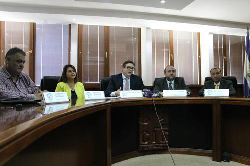 Parte de los representantes del Comité Consultivo atendiendo a los medios de comunicación. (Foto: CIG)