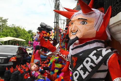 La piñata de Otto Pérez tiene un precio de hasta Q130 y tiene un tiempo de fabricación de tres horas. (Foto: Alexis Batres/Soy502)