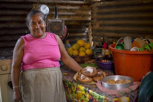 Doña Juana, vecina de Sanarate, cocina un delicioso pan con harina de mesquite. (Foto: George Rojas/Soy502)