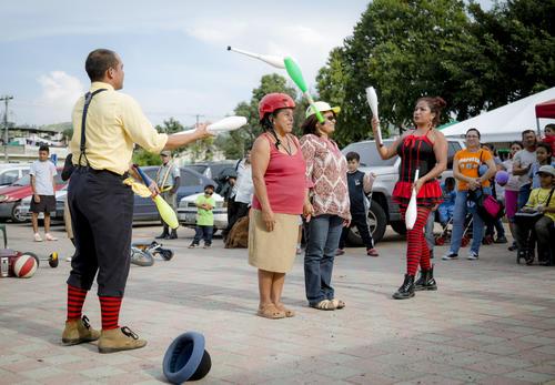 Los integrantes de Circo Maíz sacaron sonrisas de los asistentes con su show de malabares. (Foto: George Rojas / Soy502)