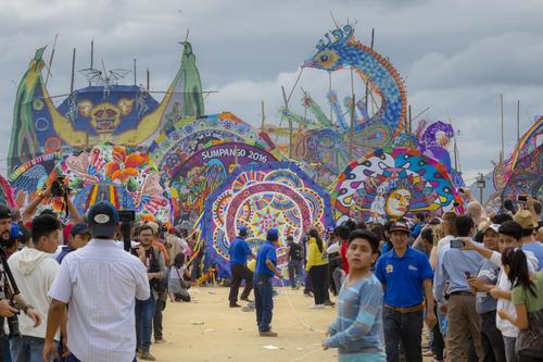 Miles de turistas nacionales y extranjeros presenciaron la tradicional actividad de barriletes gigantes. (Foto: George Rojas/Soy502)