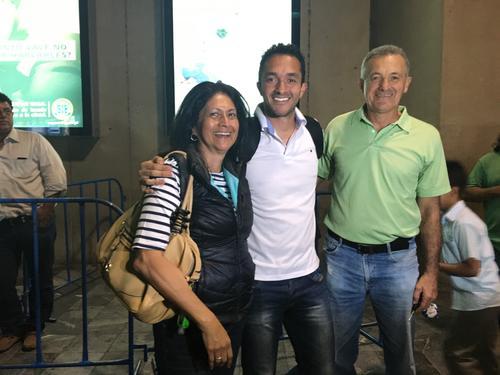 Ricardo Jerez Figueroa, fue recibido por sus padres, Ricardo Jerez Hidalgo y Carmen Figueroa, a su llegada al aeropuerto La Aurora. (Foto: Luis Barrios/Soy502)