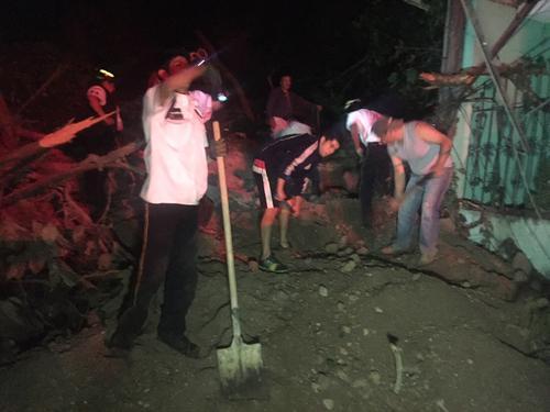 El trabajo se volvió difícil por la cantidad de tierra que cayó sobre las viviendas.