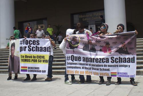 Un grupo pequeño de jóvenes que afirmaba ser parte de la comunidad LGBT protestó en las afueras del Ministerio Público. (Foto Alejandro Balán/Soy502)