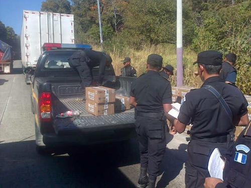 La PNC transporta las cajas donde era trasegada la heroína líquida. Foto: PNC/ Soy502