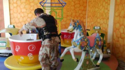 En uno de los inmuebles allanados se localizó este juego infantil. Foto:PNC