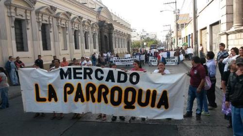 Vendedores de varios mercados llegaron al Congreso para protestar por el pago de impuesto al Régimen de Pequeño Contribuyente. (Foto:Soy502)