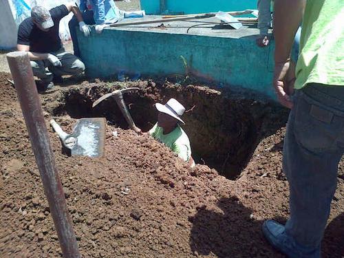 Un empleado municipal, excava una de las tumbas donde no hay registro de quién se encuentra sepultado en ese sitio. (Foto:Soy502)
