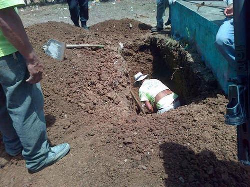 La fiscalía exhuma al menos tres tumbas.