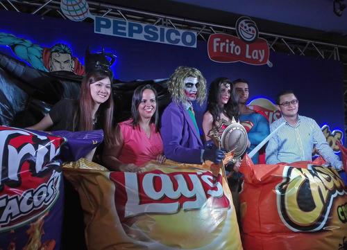 """Los personajes de """"La Liga de la Justicia"""" participaron en la conferencia de prensa, junto a representantes de Pepsico y Frito Lay. (Foto: George Rojas/Soy502)"""